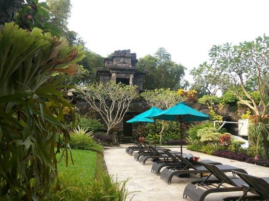 Hyatt Regency Yogyakarta : terdapat water slide dalam candi