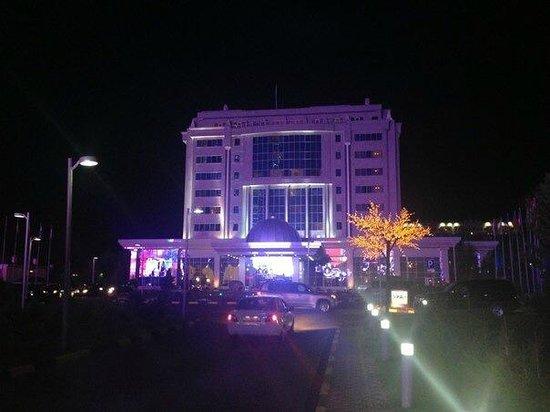 Rixos President Astana Hotel: Вид отеля вечером