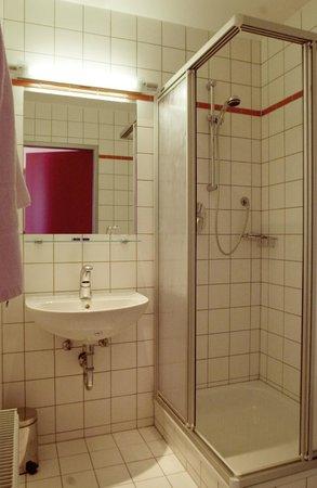 Arthotel Binders: Bathroom Deluxe and Budget rooms