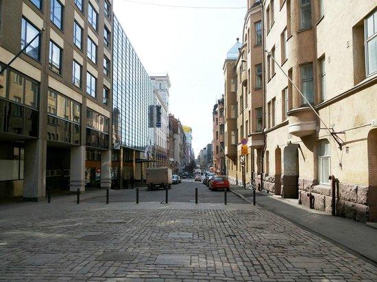 Radisson Blu Plaza Hotel, Helsinki : Вид на отель с улицы, как идти от парка