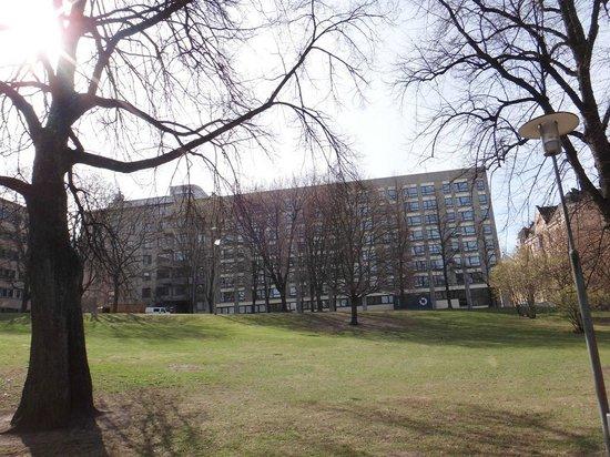 Radisson Blu Plaza Hotel, Helsinki : Вид на отель из парка