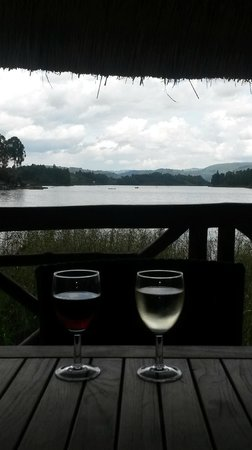 Birdnest at Bunyonyi Resort : Lunch by the pool and lake area