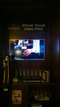 Clayton Hotel Burlington Road: Pour your own pint in exec.lounge
