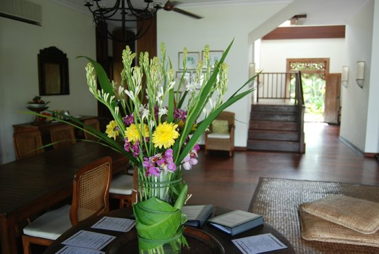 Pantai Lima Villas: Fresh flowers in the reception room