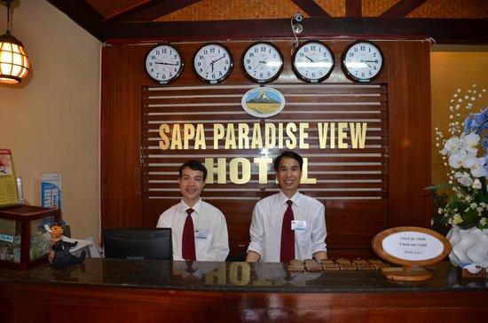 Sapa Paradise View Hotel: Dave & Kim at reception