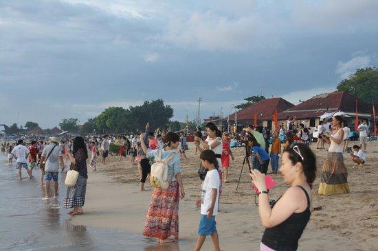 Jimbaran Bay: Crowds