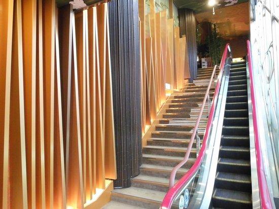 Centurion Hotel Ueno: Escalator to foyer and reception