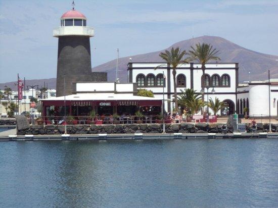 One Bar: depuis le quai en face avec Los Ayache et la capitainerie