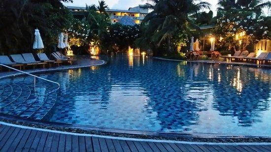 Metadee Resort and Villas : Pool at night