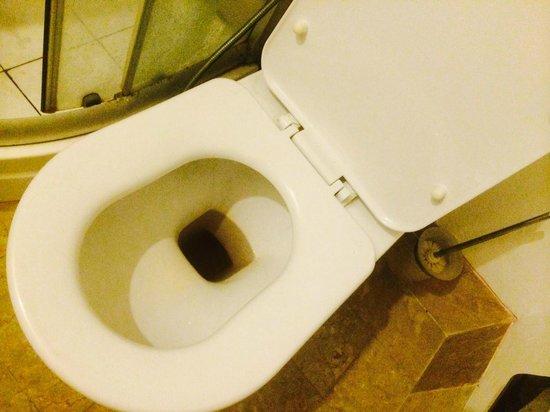 Seminyak Town House: air flushnya hitam