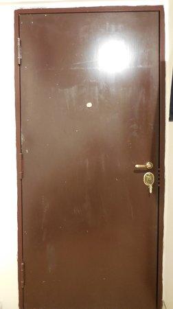 6 Small Rooms B & B: La porte sécurisée mais sale