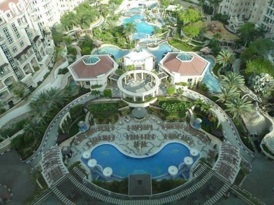 Al Murooj Rotana: Piscina vista dall'hotel