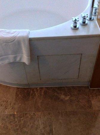 The Eton Hotel Shanghai: Dirty bathtube