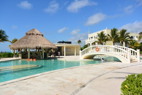 Dreams Tulum Resort & Spa : The pool with entertainment
