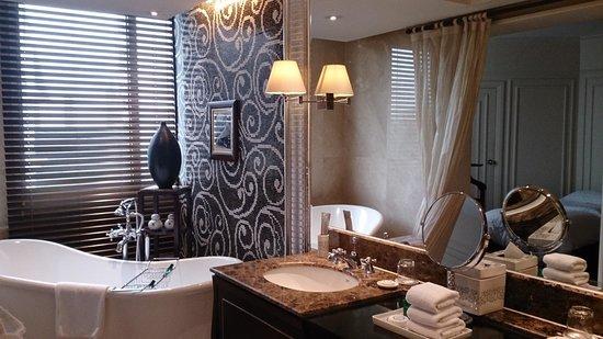 Sofitel Legend Metropole Hanoi: bath room