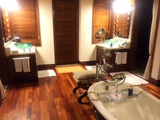 The Oberoi Vanyavilas : His & Her Bathroom