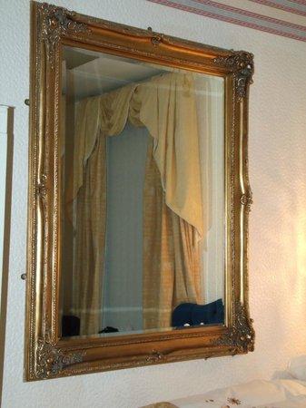 Falklands Hotel : this mirror was enormous