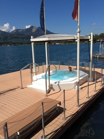 Romantikhotel Im Weissen Rössl: Jacuzzi  right on lake - also an outdoor heated pool