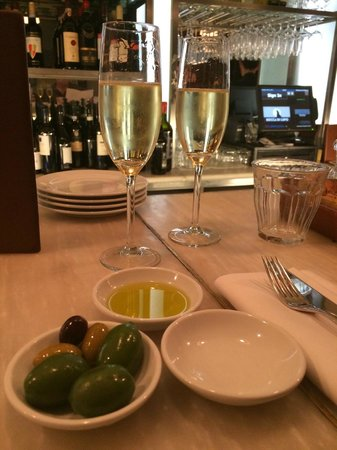 Bocca di Lupo : Bubbly and Olives