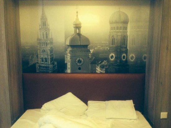 Adagio Muenchen City: Bett für 2 Personen mit Fototapete