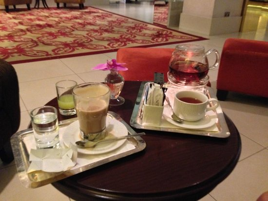 Manzil Downtown Dubai: Tea and coffee in the lobby