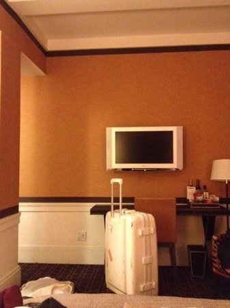 Empire Hotel: Why a Column in our room?