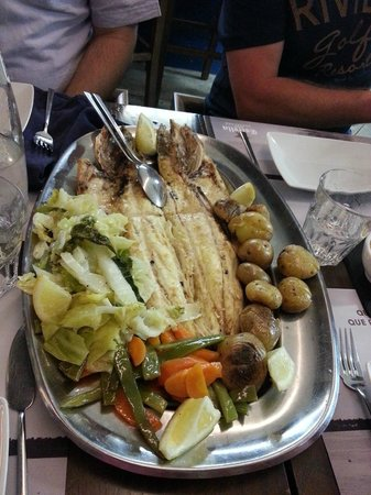 Sea Me - peixaria moderna Chiado: Delicious seabass, potatoes, carrots and salads