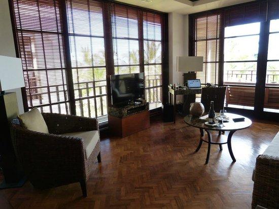 The Legian Bali: Lounge area in one bedroom deluxe suite