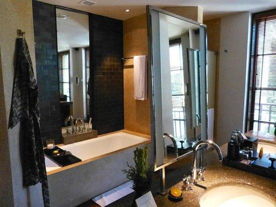 The Legian Bali: Bathroom