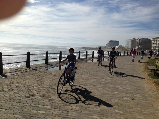 Craigrownie Guest House: Cycling on the promenade!
