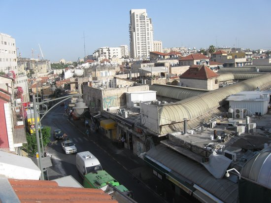 The Market Courtyard - Jerusalem Suites: с балкона открывается колоритный вид на рынок