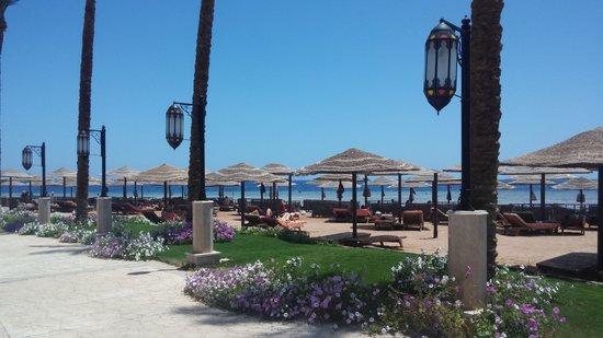 The Makadi Palace Hotel: allée bordant la plage