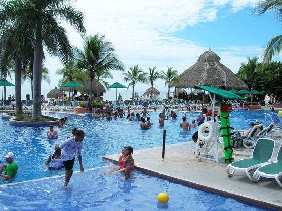 Royal Decameron Beach Resort, Golf & Casino : Piscina