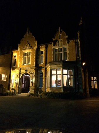 BEST WESTERN Oaklands Hall Hotel: Oaklands Hall by night