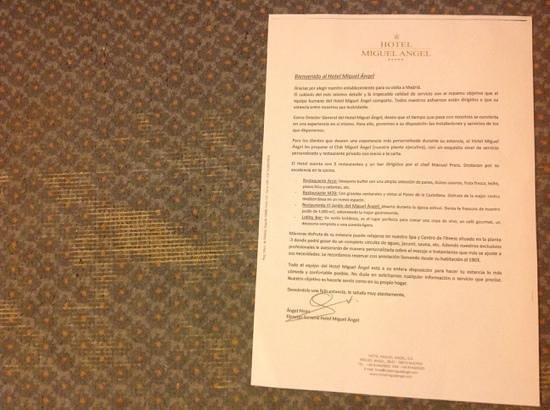 Hotel Miguel Angel by BlueBay: carta del director que dice que cuida los detalles y la moqueta roida de la habitacion