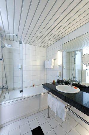 NH Frankfurt Airport West: Bathroom