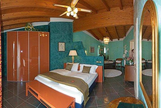 Schlafzimmer mit Whirlpool - Bild von Piccola Italia Resort ...