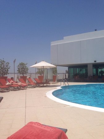 Towers Rotana - Dubai: Pool/terrace is a sun trap, with a nice cooling breeze