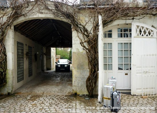 Hotel le Clos d'Amboise : Our room on the right and the entrance (left)  to the car park located at the back.