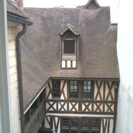 Maison Philippe le Bon: Toit d'un des bâtiments vu par la fenêtre de la chambre
