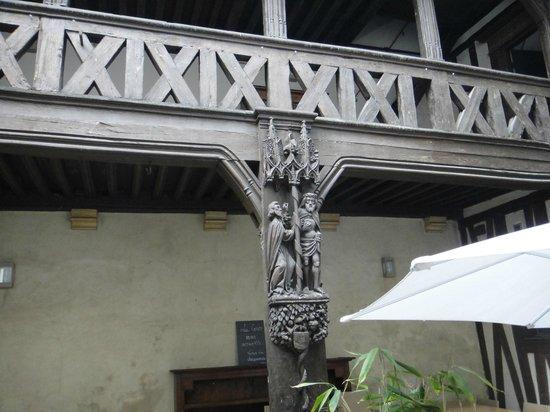 Maison Philippe le Bon: En montant aux chambres, on peut aller sur ce balcon: vue sur la cour