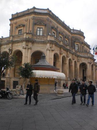 Grand Hotel Sofia: Palazzo barocco a Noto.