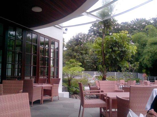 HOUSE Sangkuriang - Bandung: resto sebelah pool