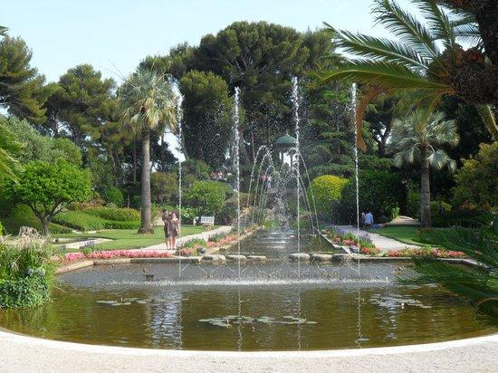 Petit spectacle de jets d 39 eau photo de villa jardins for Jardin de petite villa