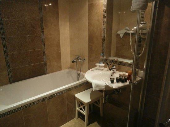 Golden Triangle Hotel: В ванной чисто и аккуратно