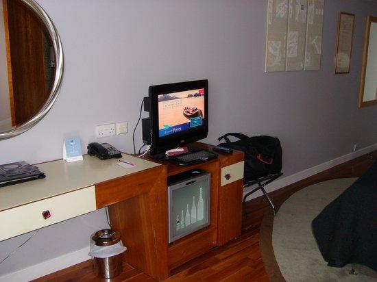 Mercure Bristol Brigstow Hotel: Small LCD TV & empty mini bar