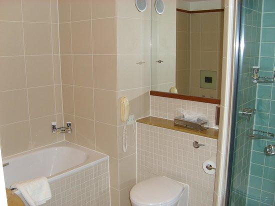 Mercure Bristol Brigstow Hotel: Bathroom with separate shower