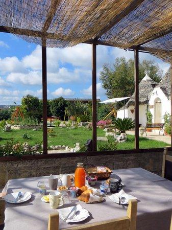 Trulli Colarossa Bed & Breakfast: colazione all'aperto
