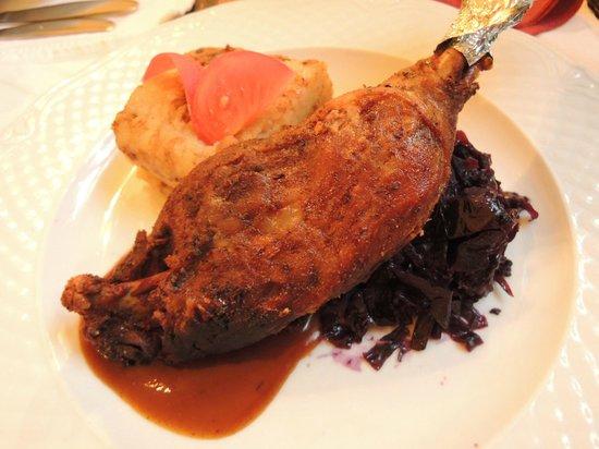 Kiskakukk Etterem : Crispy leg of goose with crushed onion-potatoes and stewed cabbage