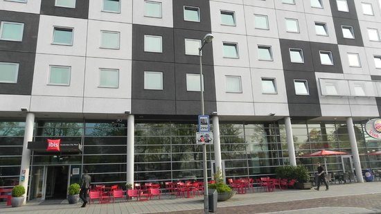 Ibis Amsterdam City West: Frente do Hotel, tranquilo, tranquilo e pertinho do centro!